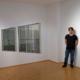 """Chao-Kang Chung in der Galerie mit seinen Werken """"Wenn die großen Meister keine Farben hätten"""" (links) und """"No Windows"""" (rechts)"""