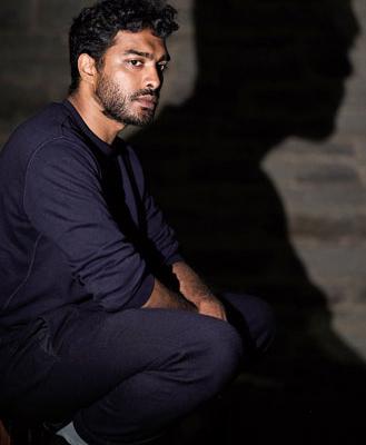 Der Schriftsteller Senthuran-Varatharajah. Fotografiert von Holm Uwe Burgemann