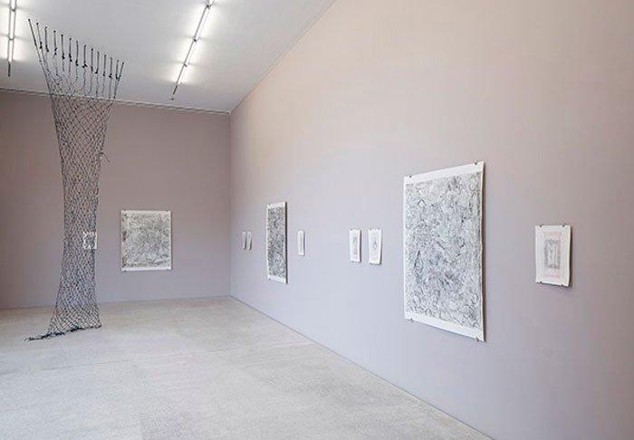 """Abbildung von Kate Andrews. """"Unfeigned Hoax, Veritable Nonsense"""". Galerie der Gegenwart. 2020. Foto: LWL/Hanna Neander"""