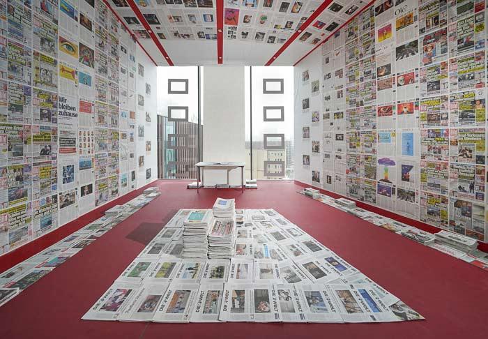 """Abbildung von Ausstellungsansicht""""Corona-Newsroom"""" von Robert Szkudlarek"""