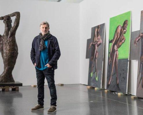Abbildung von Rainer Fetting in der Ausstellung. Foto: Roland Baege