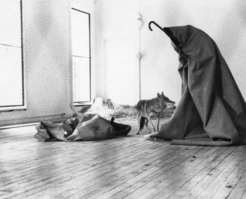 Abbildung von Joseph Beuys. I like America and America likes me. 1974